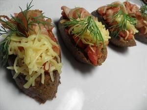 Фото рецепта «Чесночные гренки с помидорами и беконом»